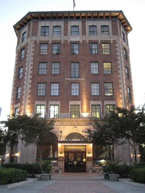 1924 yılında inşa edilen bu benzersiz biçimli yassı bina, bir zamanlar film yıldızı John Wayne'e aitti.