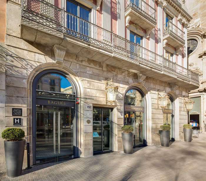 Ünlü Las Ramblas'taki bu çarpıcı müze otel, 1850 yılında inşa edilen ve yüz yıllık bir mücevher atölyesine ev sahipliği yapan tarihi El Regulador Sarayı'nda yer alıyor.