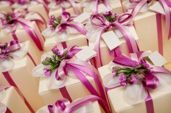 Konukların dikkatini çekecek en iyi düğün pastasını, çiçekleri, ve espirili hediyeleri bulmanız gerekir.