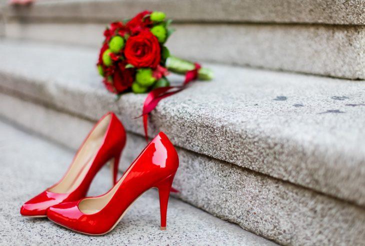 Görünüşte ne kadar harika ayakkabılar olsalar da düğün gününüzde size acı çektirirlerse onlara lanet edersiniz.