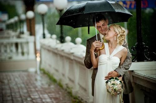 Aniden gelen yağmur sebebi ile düğün gününüzün berbat olmaması için mekânın kapalı bir ortamı olup olmadığına ya da yağmuru engelleyecek çadırlara sahip olmasına dikkat etmek gerekir.