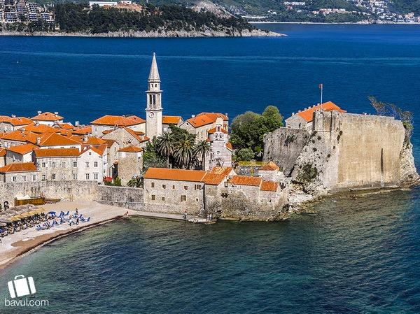 Sveti Stefan Adası ve Avrupanın orta çağı mimarisine tepeden bakış