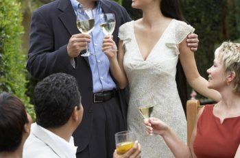 Düğünden sonra özel bir kutlama için konuklarınızı davet ettiniz, şimdi masanızı düzenleme vakti geldi.