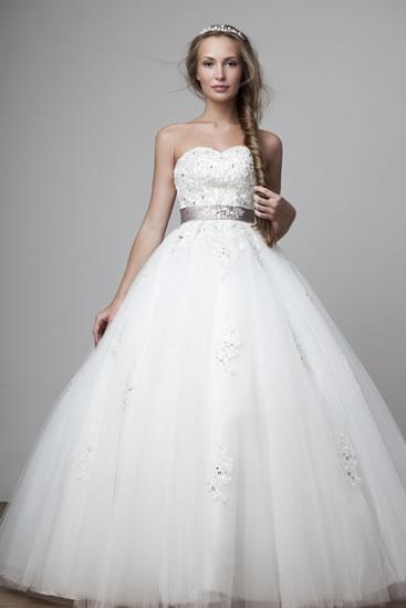 Boğazlı gelinlik modeli kış aylarında düğün yapmayı düşünen gelinler için tasarlanmış.